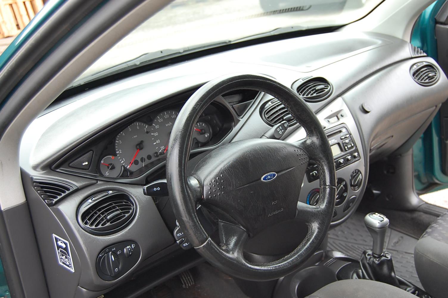 Ford Focus 1.6 -00 inredning